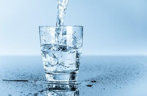 Jak picie wody przyśpiesza odchudzanie