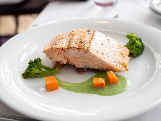 keto losos z brokulami